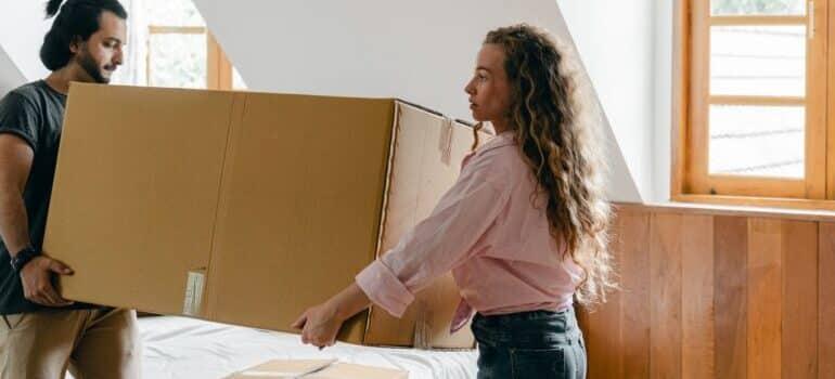 Par nosi kutiju za pakovanje i selidbe