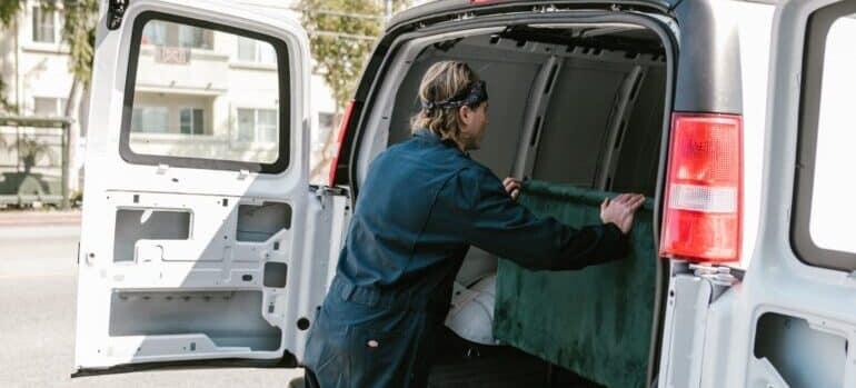 Čovek pakuje nameštaj u kombi za selidbe iz Nemačke za Srbiju.