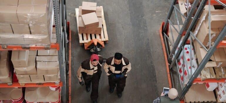 Radnici u skladištu.