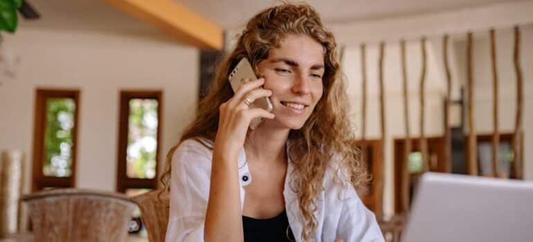 Žena zove da rezerviše skladište Beograd
