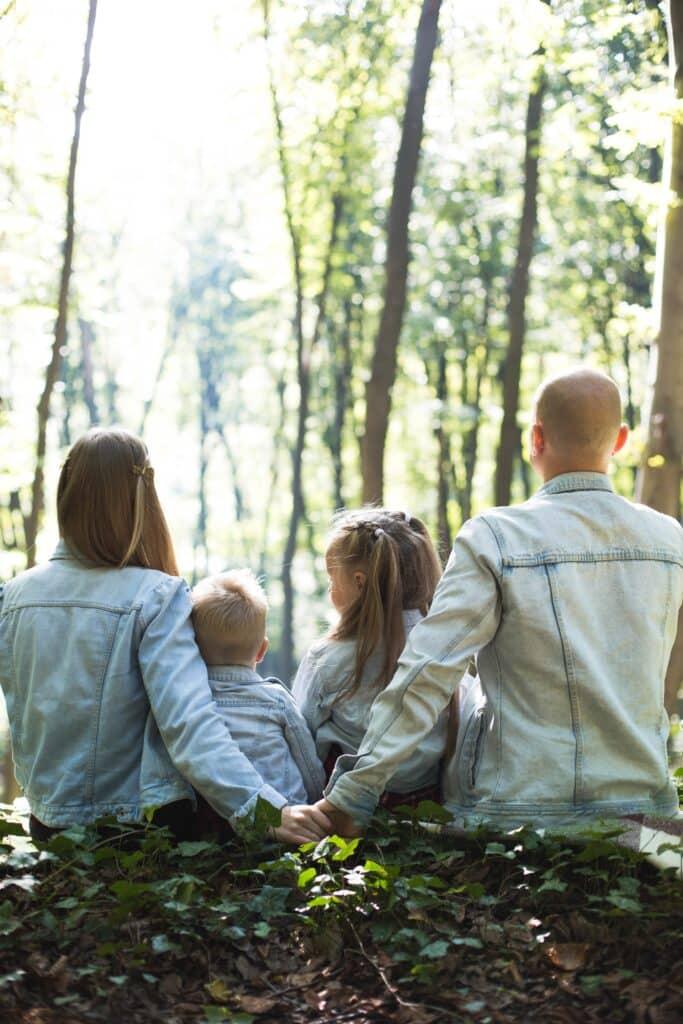 Porodica u šumi što možete i Vi biti ako odlučite da sa porodicom preseliti iz Beograda u Barajevo