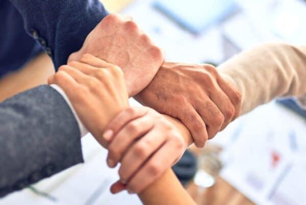 Ukrštene ruke koje možete i Vi sklopiti sa zaposlenima kada želite preseliti firmu iz Beograda u Niš brzo i lako