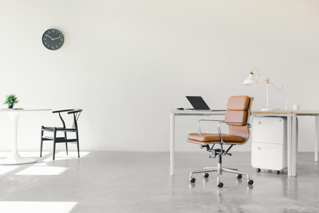 Kancelarija prepuna stvari koja pokazuje da nije lako preseliti firmu brzo i povoljno